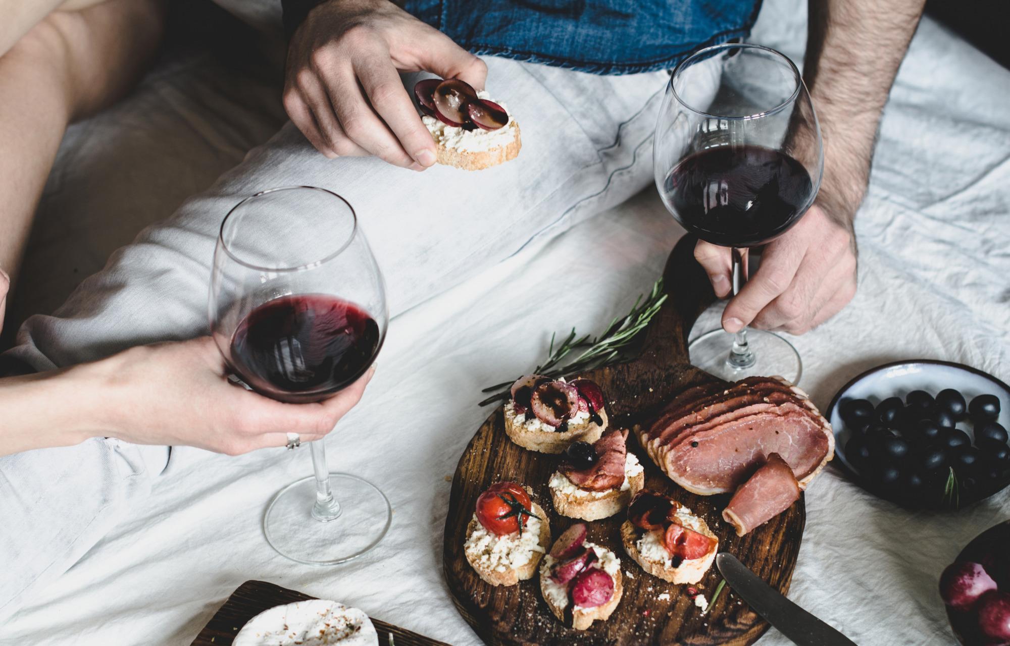 Что едят под вино красное