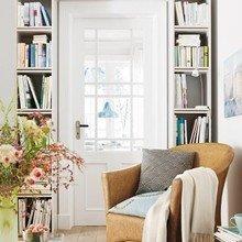Фотография: Прихожая в стиле Кантри, Декор интерьера, Дом, Интерьер комнат, Библиотека, Книги – фото на InMyRoom.ru