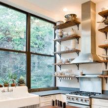 Фотография: Кухня и столовая в стиле Кантри, Квартира, Советы, Уютная квартира, кухня в хрущевке, как обустроить кухню в хрущевке, малометражная кухня, зонирование кухни в хрущевке – фото на InMyRoom.ru