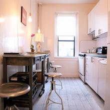 Фотография: Кухня и столовая в стиле Современный, Малогабаритная квартира, Квартира, Дома и квартиры, Нью-Йорк – фото на InMyRoom.ru