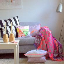 Фотография: Гостиная в стиле Скандинавский, Современный, Декор интерьера, Дизайн интерьера, Цвет в интерьере, Желтый, Розовый, Оранжевый, Неон – фото на InMyRoom.ru