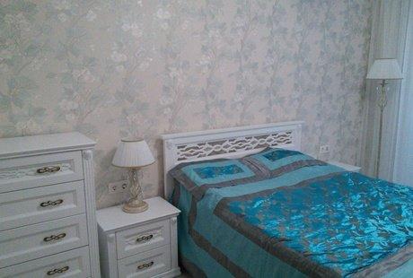 Помогите, пожалуйста,какой цвет покрывала будет смотреться гармонично в этой спальне