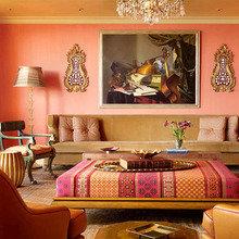 Фотография: Гостиная в стиле Восточный, Декор интерьера, Дизайн интерьера, Мебель и свет, Цвет в интерьере, Стены, Розовый, Фуксия – фото на InMyRoom.ru