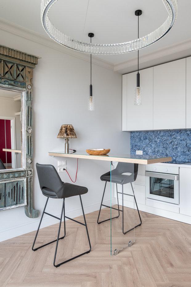 Все стены окрашены интерьерной краской Derufa, столешница и фартук кухни сделаны из кварцевого агломерата.