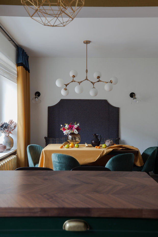 При небольшом бюджете дизайнеру удалось создать стильный и уникальный интерьер за счет глубоких, но благородных цветов в пространстве.