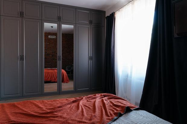 Фотография: Спальня в стиле Лофт, Эклектика, Квартира, Проект недели, Москва, Кирпичный дом, 2 комнаты, 40-60 метров, 60-90 метров, Варя Шалито – фото на INMYROOM