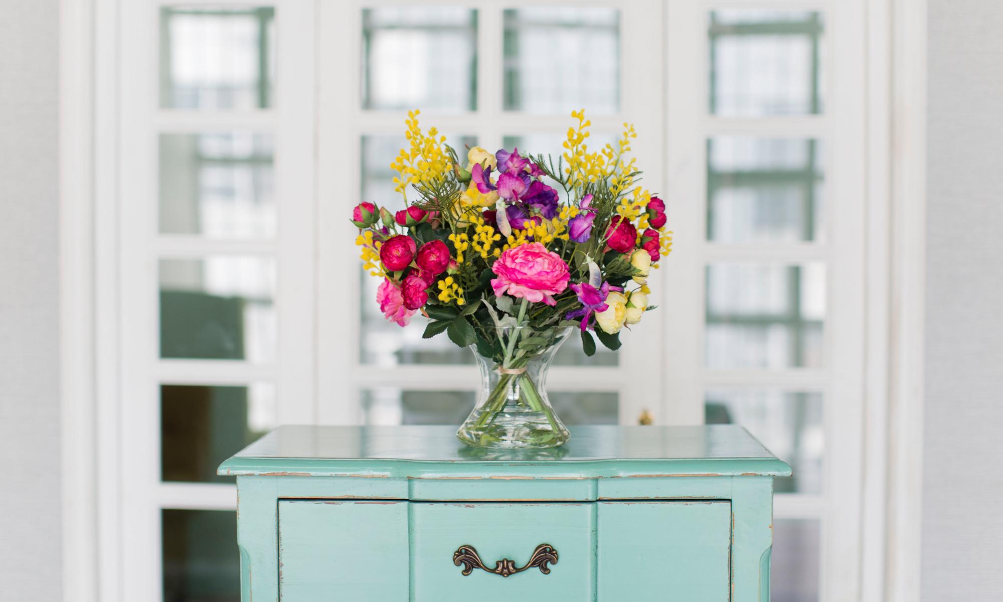 Купить Композиция из искусственных цветов - яркие ранункулюсы, душистый горошек, мимоза, inmyroom, Россия