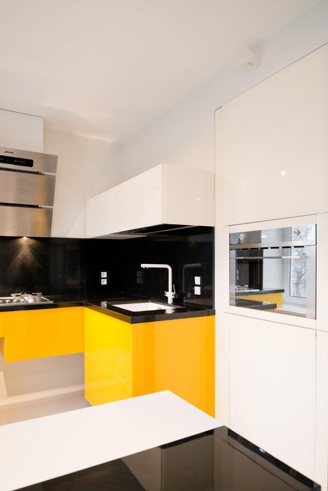 Глянцевая желтая кухня в стиле минимализм