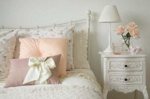 Фотография: Спальня в стиле Прованс и Кантри, Декор интерьера, Декор дома, Подушки, Вышивка – фото на InMyRoom.ru