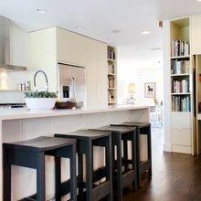 Фотография: Кухня и столовая в стиле Скандинавский, Интерьер комнат, Барная стойка – фото на InMyRoom.ru
