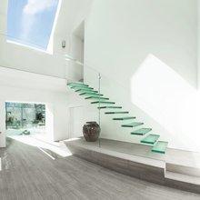 Фотография: Прихожая в стиле Минимализм, Архитектура, Декор, Мебель и свет, Ремонт на практике, Никита Морозов, освещение для лестницы, какую выбрать лестницу, какие бывают лестницы, прямая лестница, винтовая лестница, лестница на больцах, подвесная лестница, ограждение для лестниц, как украсить лестницу – фото на InMyRoom.ru