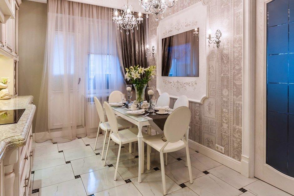 Фотография: Кухня и столовая в стиле Классический, Декор интерьера, Дом, Мебель и свет, Полки, Лепнина – фото на InMyRoom.ru