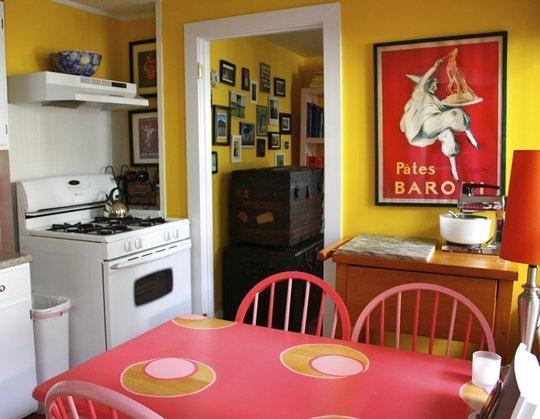 Желтый цвет на кухне в сочетании с деревом