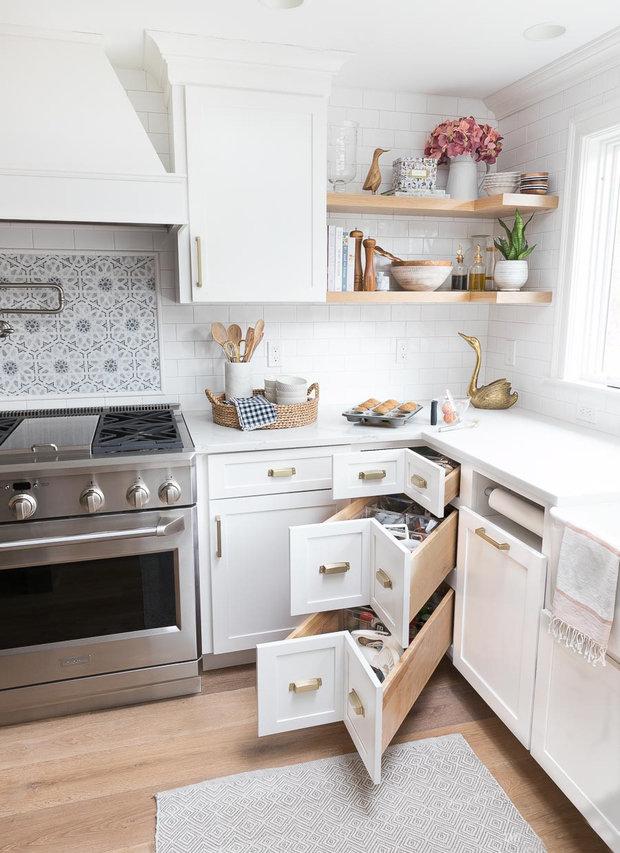 Фотография: Кухня и столовая в стиле Скандинавский, Советы, хранение вещей, система хранения в малогабаритке, идеи для малогабаритки – фото на INMYROOM