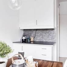 Фотография: Кухня и столовая в стиле Скандинавский, Классический, Декор интерьера, Квартира, Швеция, Мебель и свет, Белый, квартира с изолированными комнатами, интерьер квартиры с изолированными комнатами – фото на InMyRoom.ru