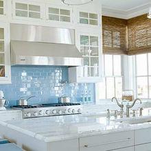 Фотография: Кухня и столовая в стиле , Интерьер комнат, Цвет в интерьере, Белый – фото на InMyRoom.ru