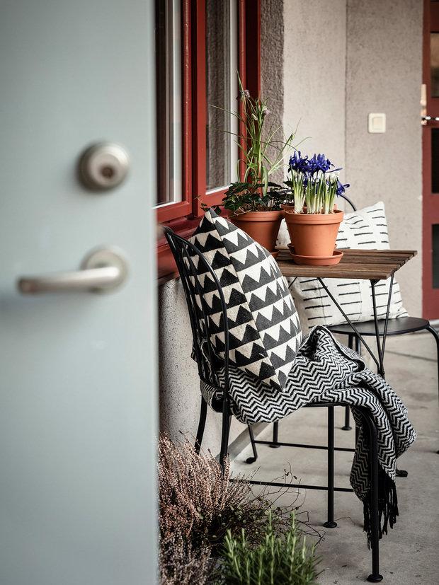 Фотография: Балкон в стиле Скандинавский, Декор интерьера, Квартира, Планировки, Декор, Белый, Синий, Серый, Эко, 2 комнаты – фото на INMYROOM