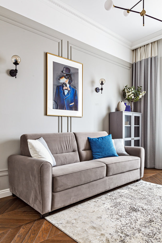 Вторая спальня — с диваном, который можно разложить, если понадобится еще одно спальное место. Также комнату можно использовать в качестве кабинета.