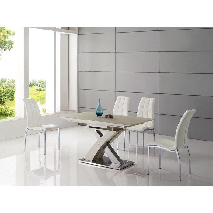 Обеденный стол с глянцевой поверхностью