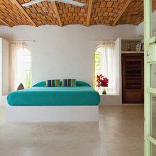 Фотография: Спальня в стиле Кантри, Цвет в интерьере, Дома и квартиры, Городские места, Отель, Подушки, Мексика – фото на InMyRoom.ru