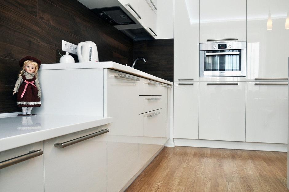 Фотография: Кухня и столовая в стиле Хай-тек, Малогабаритная квартира, Квартира, Цвет в интерьере, Дома и квартиры, Белый, Переделка – фото на InMyRoom.ru