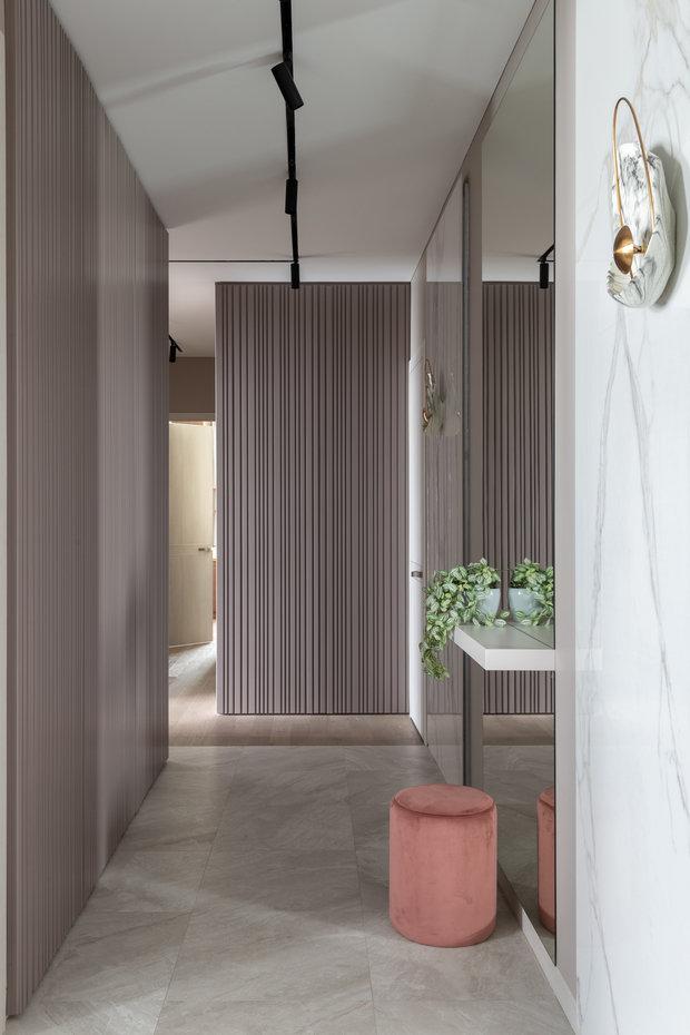 Шкафы в коридоре спрятаны так, что непонятно, где панели декоративные, а где двери шкафа.