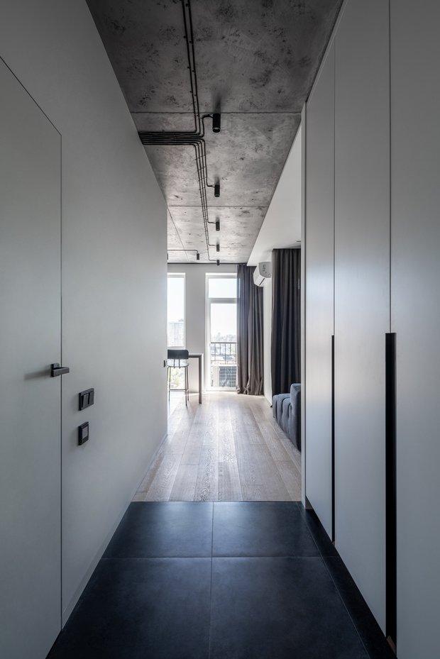 Получившийся интерьер — это строгость и гармония геометрических ритмов, сдержанный стиль, в некоторых зонах уходящий в dark minimal, качественные материалы, а также безбарьерные пространства, создающие атмосферу свободы и автономности.