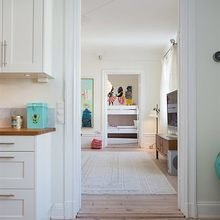 Фотография:  в стиле Скандинавский, Квартира, Швеция, Цвет в интерьере, Дома и квартиры, Белый, Обои – фото на InMyRoom.ru