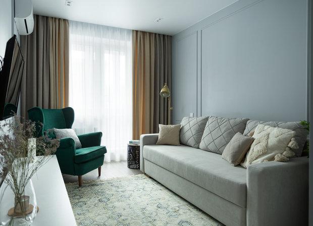 В качестве спального места поставили диван с удобным матрасом.