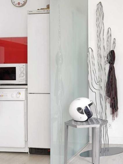 Фотография: Прихожая в стиле Лофт, Декор интерьера, Малогабаритная квартира, Квартира, Цвет в интерьере, Дома и квартиры, Белый, Черный, Красный – фото на InMyRoom.ru