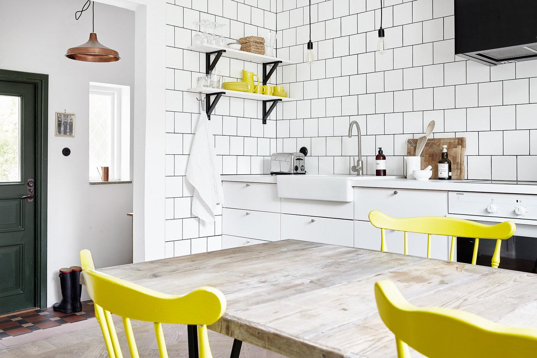 Желтая кухня в сочетании с белым