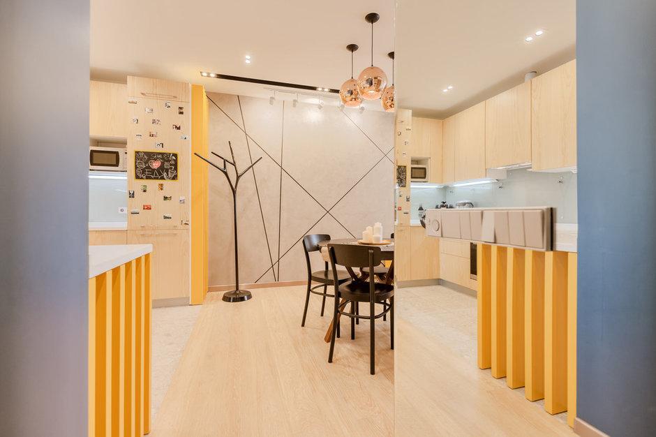 Фотография:  в стиле , Современный, Квартира, Eames, Gorenje, Проект недели, Москва, Бежевый, Dulux, Желтый, Серый, Декоративная штукатурка, Коричневый, Граффити, SLV, ИКЕА, кирпич в интерьере, кирпичная стена, кирпичная стена в интерьере, идеи перепланировки однушки, перепланировка однокомнатной квартиры, современный интерьер, Roca, Porcelanosa, освещение в спальне, Lightstar, Jacob Delafon, Kermi, Centrsvet, как организовать хранение на небольшом метраже, перепланировка студии, кирпичный клинкер, квартира в современном стиле, сценарии освещения, Grohе, хранение книг в небольшой квартире, перепланировка однушки, современный стиль в интерьере, как из однушки сделать двушку, кирпичная кладка в интерьере, современные сценарии освещения, как создать современный и модный интерьер, керамогранит под дерево, Estetica, интерьер с кирпичной кладкой, декоративное освещение в квартире, Megalux, Valentin, Arline, Italline, Constance Guisse, Terhuerne, Calcebeton, Moorbrand, Виктория Золина, Zi-Design Interiors – фото на InMyRoom.ru