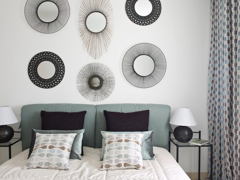 Спальная мебель и освещение в сочетании с зеркалами