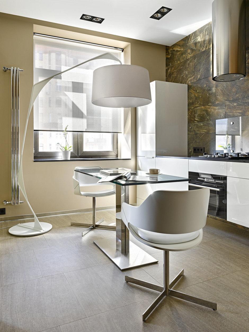 Фотография: Кухня и столовая в стиле Современный, Хай-тек, Малогабаритная квартира, Квартира – фото на InMyRoom.ru