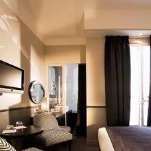 Фотография: Спальня в стиле Современный, Франция, Цвет в интерьере, Дома и квартиры, Городские места, Отель, Красный, Современное искусство, Граффити – фото на InMyRoom.ru