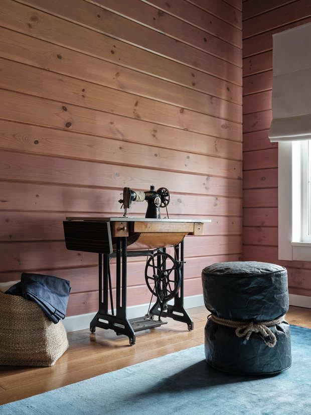 Вторую гостевую комнату украшает швейная машинка 1956 года выпуска.