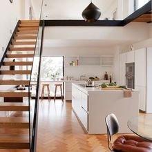 Фотография: Кухня и столовая в стиле Скандинавский, Минимализм, Архитектура, Декор, Мебель и свет, Ремонт на практике, Никита Морозов, освещение для лестницы, какую выбрать лестницу, какие бывают лестницы, прямая лестница, винтовая лестница, лестница на больцах, подвесная лестница, ограждение для лестниц, как украсить лестницу – фото на InMyRoom.ru