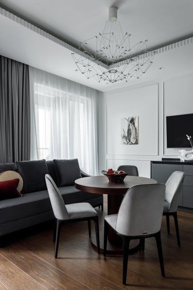 Гладкие фасады мебели дополнены интегрированными ручками, металлическими ящиками и системой открывания push-pull на ящиках. Корпус — ЛДСП, фасады — МДФ + эмаль.