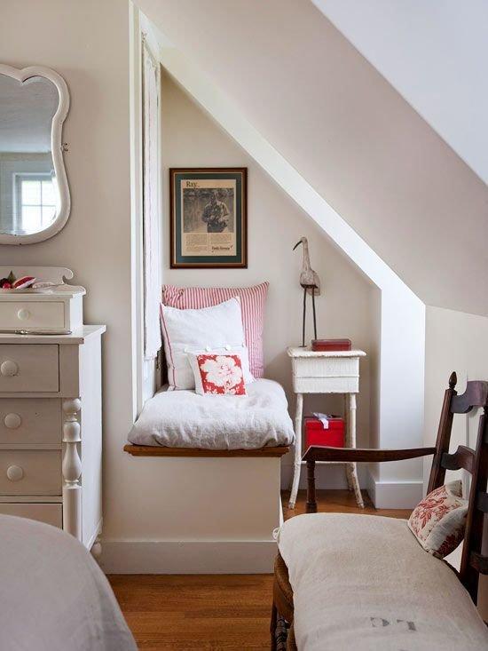 Фотография: Спальня в стиле Прованс и Кантри, Хранение, Стиль жизни, Советы, Мансарда, Подоконник – фото на InMyRoom.ru