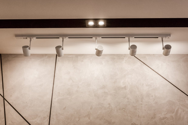Фотография: Мебель и свет в стиле Лофт, Современный, Квартира, Eames, Gorenje, Проект недели, Москва, Бежевый, Dulux, Желтый, Серый, Декоративная штукатурка, Коричневый, Граффити, SLV, ИКЕА, кирпич в интерьере, кирпичная стена, кирпичная стена в интерьере, идеи перепланировки однушки, перепланировка однокомнатной квартиры, современный интерьер, Roca, Porcelanosa, освещение в спальне, Lightstar, Jacob Delafon, Kermi, Centrsvet, как организовать хранение на небольшом метраже, перепланировка студии, кирпичный клинкер, квартира в современном стиле, сценарии освещения, Grohе, хранение книг в небольшой квартире, перепланировка однушки, современный стиль в интерьере, как из однушки сделать двушку, кирпичная кладка в интерьере, современные сценарии освещения, как создать современный и модный интерьер, керамогранит под дерево, Estetica, интерьер с кирпичной кладкой, декоративное освещение в квартире, Megalux, Valentin, Arline, Italline, Constance Guisse, Terhuerne, Calcebeton, Moorbrand, Виктория Золина, Zi-Design Interiors – фото на INMYROOM