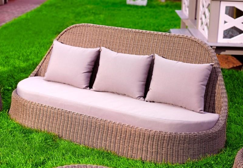 Диван магнолия с нежно серыми подушками