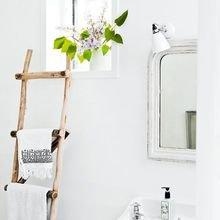Фотография: Ванная в стиле Скандинавский, Декор интерьера, DIY, Малогабаритная квартира, Квартира, Декор, Советы, хранение в прихожей, лайфхак, хранение в маленькой ванной, идеи хранения для санузла, маленький санузел – фото на InMyRoom.ru