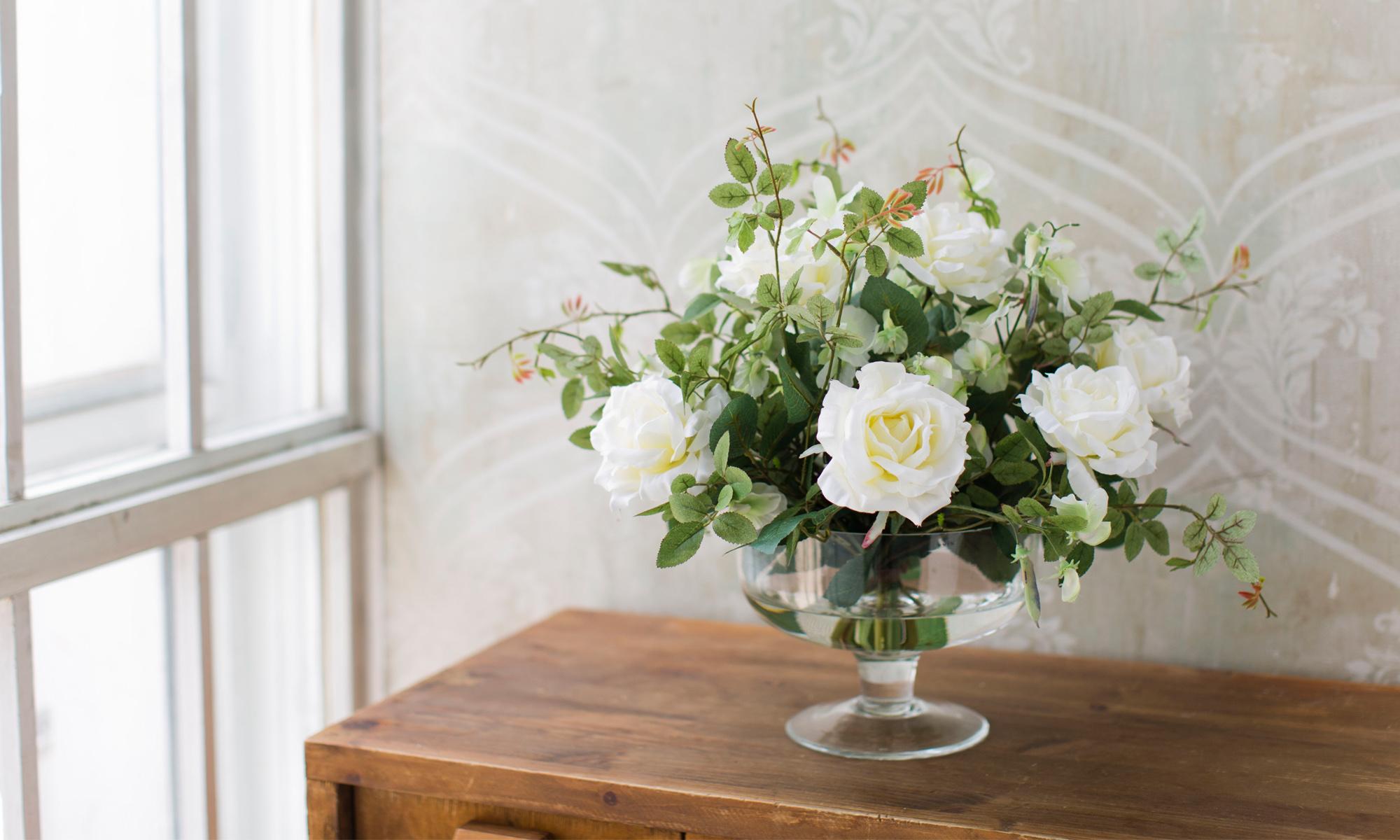 Купить Композиция из искусственных цветов - белые розы, душистый горошек, inmyroom, Россия