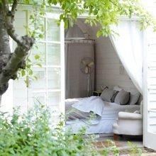 Фотография: Спальня в стиле Кантри, Декор интерьера, Декор дома, Цвет в интерьере, Белый, Бассейн – фото на InMyRoom.ru