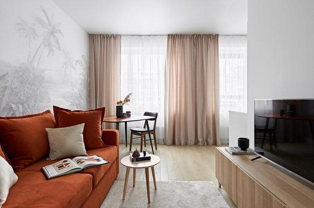 Цвет дивана призван поддержать завуалированную тигровую тему.