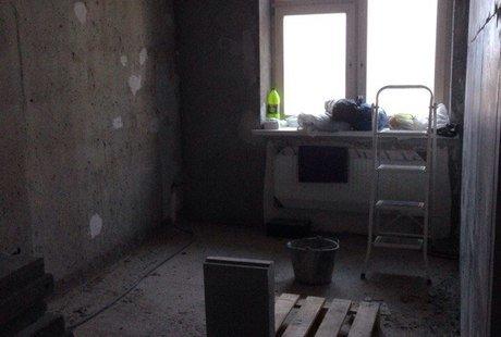 окно расположено слишком близко к одной из стен