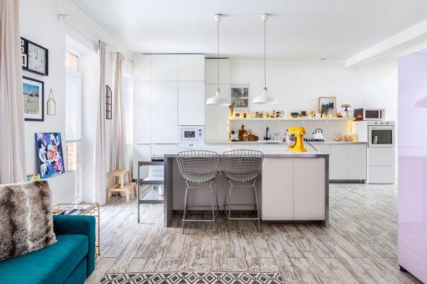 Фотография: Кухня и столовая в стиле Скандинавский, Проект недели, Samsung, Таунхаус, 4 и больше, Спецпроект, интерьерный холодильник, интерьерная микроволновая печь – фото на INMYROOM