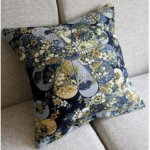 Чехол для подушки с синими цветами.