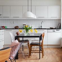 Фотография: Кухня и столовая в стиле Скандинавский, Малогабаритная квартира, Квартира, Австралия, Цвет в интерьере, Дома и квартиры, Белый, Ретро – фото на InMyRoom.ru