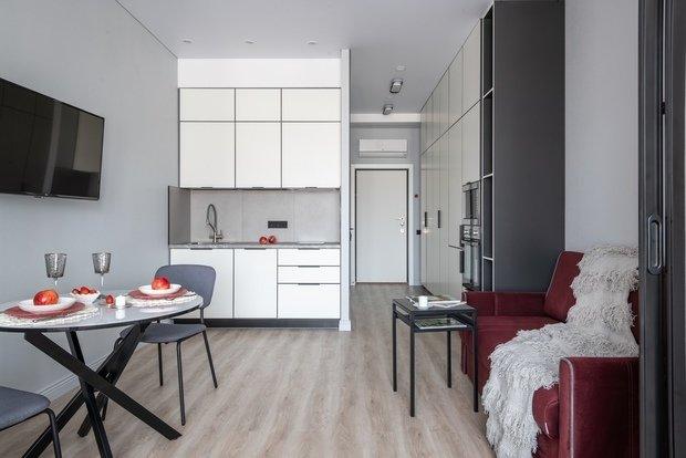 Шкаф и кухня — это 1/5 всего бюджета ремонта. Так как цель стояла максимально использовать пространство, пожертвовать высотой и поставить готовую мебель не могли.